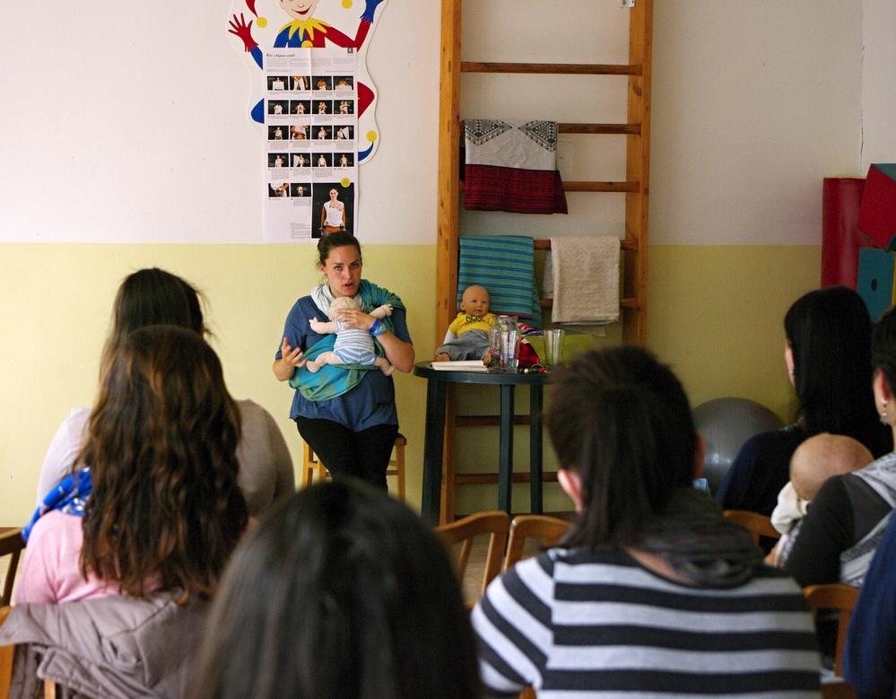 Zuzana Šimková Péliová prednáša o zdravom nosení detí v šatke či nosiči.